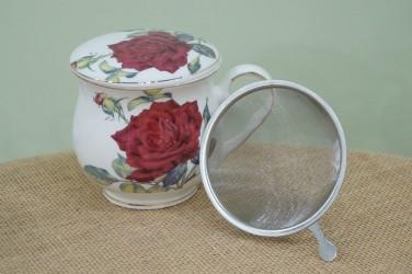 kubek z zaparzaczem czerwona róża na białym tle duży