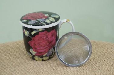 kubek z zaparzaczem czerwona róża na czarnym tle