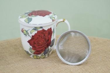 kubek z zaparzaczem czerwona róża na białym tle